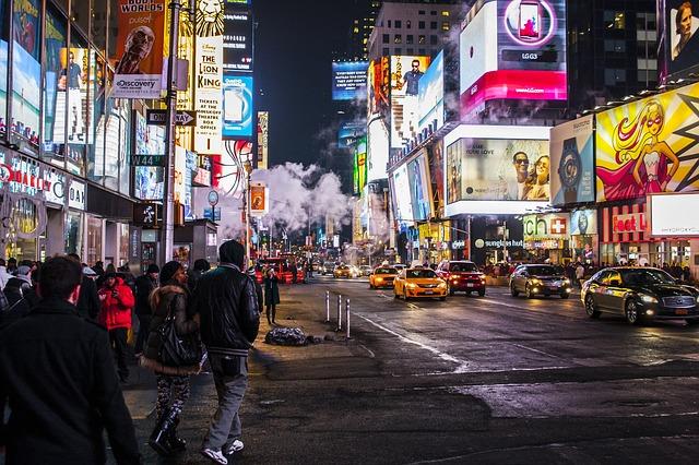 osvětlená reklama na ulici