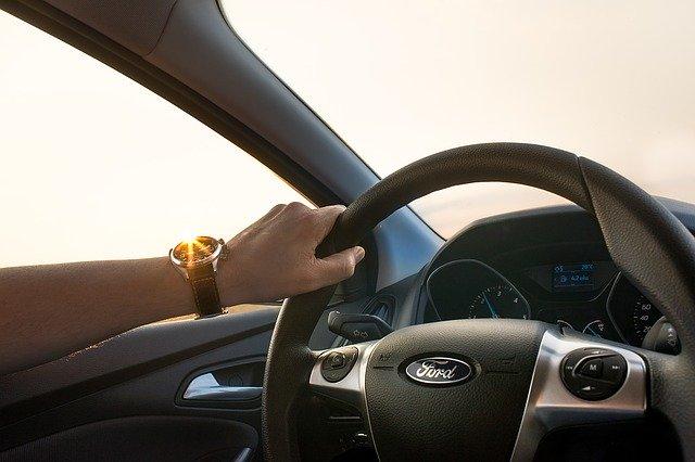 řízení auta – ruka na volantu.jpg