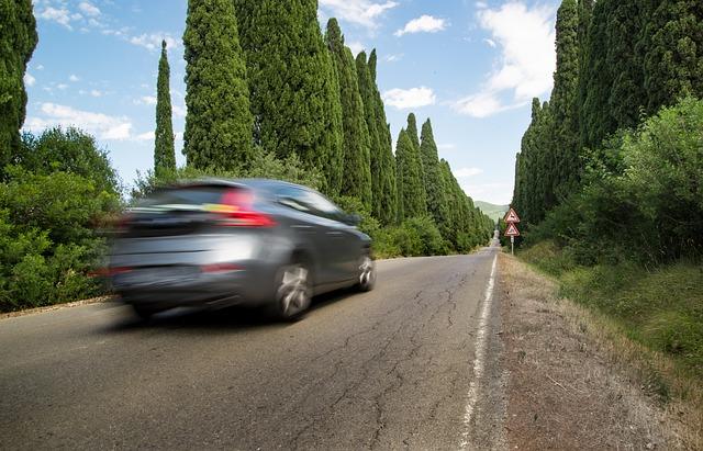 jízda po silnici lemované cypřiši.jpg