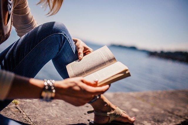 čtoucí žena